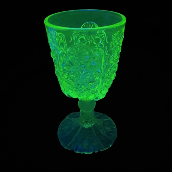🚫SOLD🚫e🅱️y Water Goblet Daisy Vaseline Glass